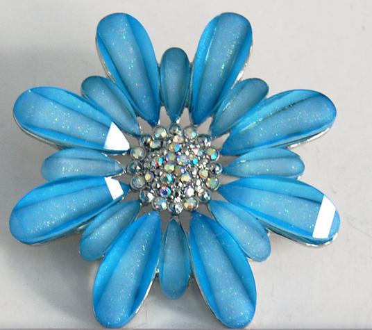 天蓝色花型胸针
