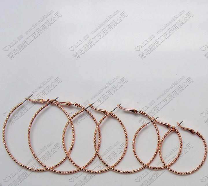 三对一套刻面花纹粉金圆形铁圈耳环